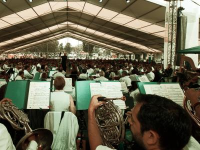 (CC) BYSA Banner. Orquesta Filarmónica de la Ciudad de México. Jesús Medina dirige en Iztapalapa.