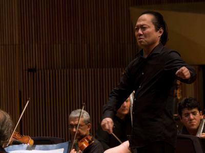 (CC) BYSA Banner. Orquesta Filarmónica de la Ciudad de México. Scott Yoo, dirige.