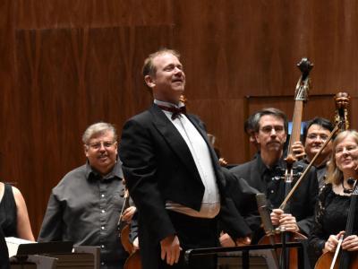 (CC) BYSA Banner. Orquesta Filarmónica de la Ciudad de México. Stephen Ellery dirige.