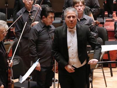 (CC) Ludwig Carrasco y la Orquesta Filarmónica de la Ciudad de México.