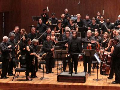 (CC) BYSA Banner. Orquesta Filarmónica de la Ciudad de México. Diego Naser, dirige.